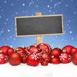Holzschild mit Weihnachts-Kugeln und Schnee