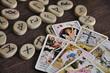 Tarotkarten und Runensteine - 73292916