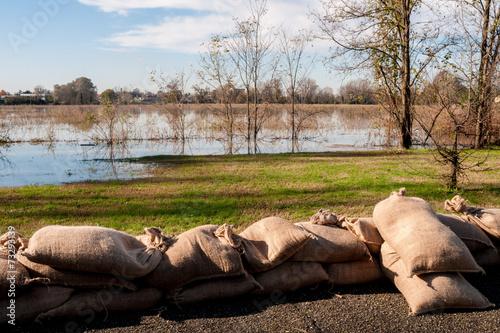 Argine di sacchi di  sabbia a protezione esondazione - 73293139