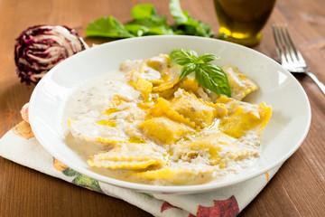 Tortelli al radicchio e panna, cucina italiana