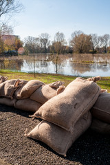Argine di sacchi di  sabbia a protezione esondazione