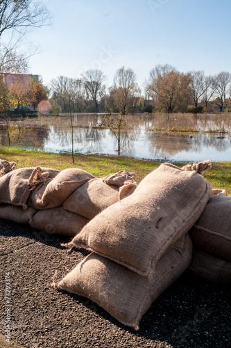 Argine di sacchi di  sabbia a protezione esondazione - 73293374