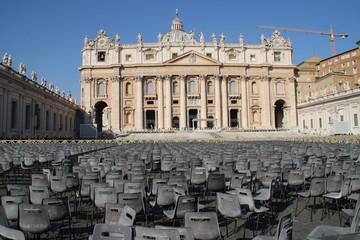 Stühle auf dem Petersplatz