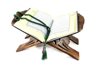 Koranständer mit aufgeschlagenem Koran und Rosenkranz