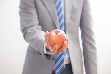 リンゴを持つビジネスマン