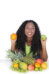 Junge schwarze Frau mit verschiedenem Obst
