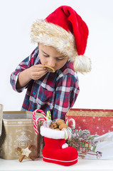 Kind mit Weihnachtsgeschenken