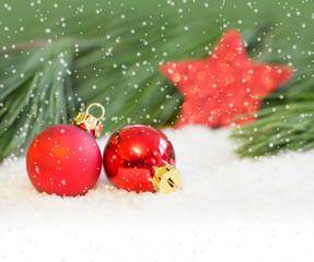 Christbaumkugeln im Schnee