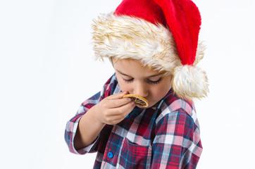Junge riecht an einer Orangenscheibe