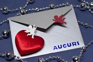 Angeli aprono una busta con biglietto d'auguri