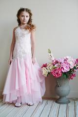 Маленькая девочка в розовом платье