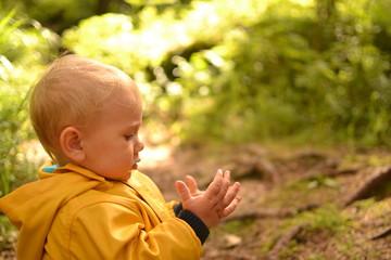 Bambino biondo nel bosco