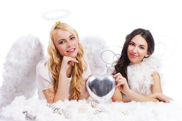 Zwei hübsche Weihnachtsengel mit silbernem Herz