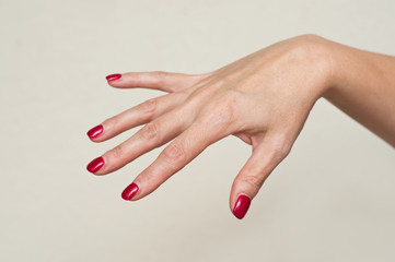 main de femme avec vernis à ongles