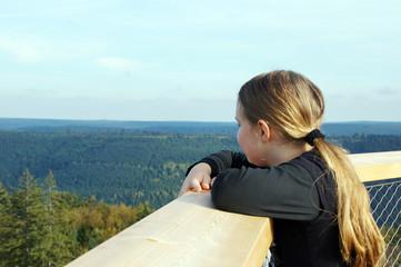 Ein Mädchen schaut auf den Schwarzwald