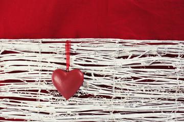 Rotes Herz und weiße Äste