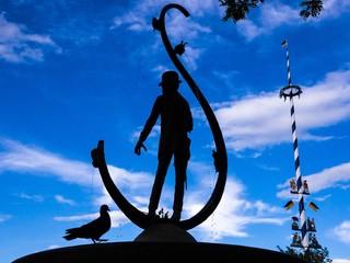 Karl-Valentin-Brunnen mit Taube und Maibaum