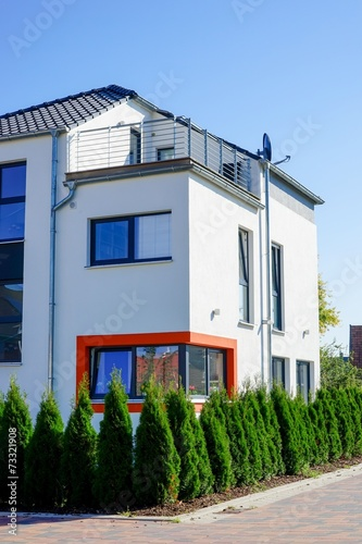 canvas print picture Zweistöckiges Wohnhaus, originelles Fensterdesign