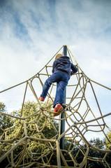 enfant grimpant à la corde