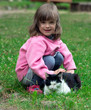 Kind steichelt Katze