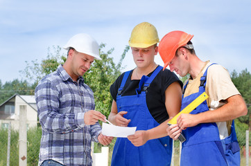 Engineer having a discussion with builders