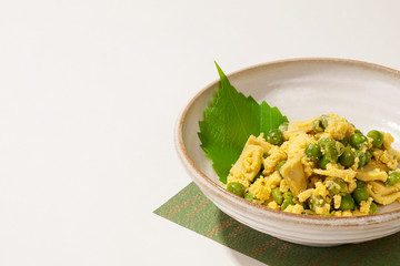 日本の惣菜・こうや豆腐とグリーンピース卵とじ