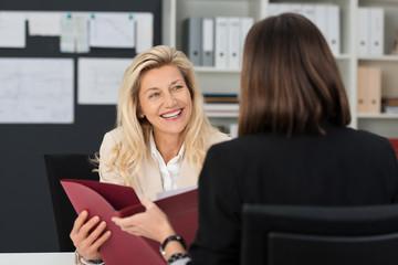zwei frauen führen ein bewerbungsgespräch