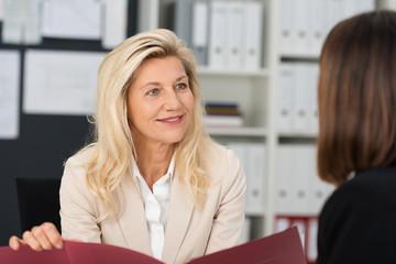 erfahrene geschäftsfrau führt ein bewerbungsgespräch
