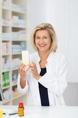 lächelnde apothekerin empfiehlt ein medikament