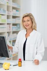 pharmazeutin in der apotheke