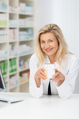 apothekerin empfiehlt ein medikament