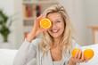 Leinwanddruck Bild - sympathische frau liebt gesunde ernährung