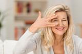 lächelnde best-ager frau hat den durchblick