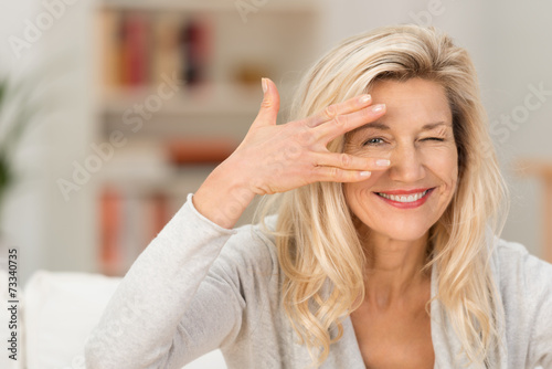 lächelnde best-ager frau hat den durchblick - 73340735