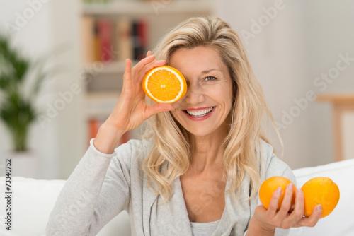 sympathische frau liebt gesunde ernährung - 73340752