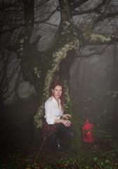 Donna con lanterna nel bosco gotico