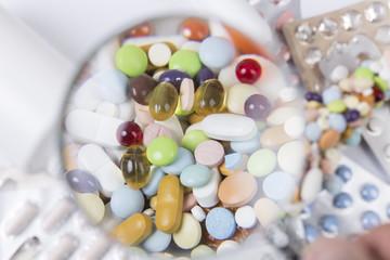 Medikamente unter Vergrößerungsglas, Freiburg, Deutschland