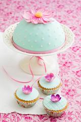 Cupcakes und Kuchen mit Fondant und Zuckerblüten