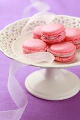 Rosa Macarons auf Kuchenplatte