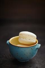 Macaron auf kleiner Schale