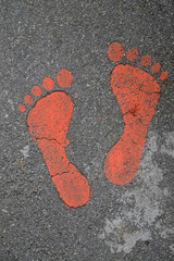 impronte di piedi sul marciapiede