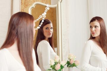 Junge Frau mit Rosen vor Spiegel