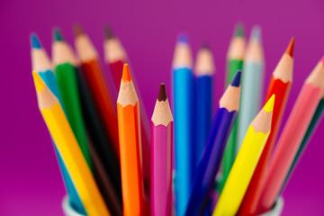 Buntstifte mit violetten Hintergrund