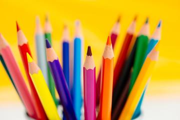 Buntstifte mit gelben Hintergrund