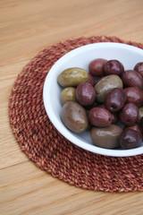 ciotola di olive sott'olio nere e verdi