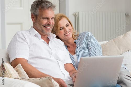Leinwanddruck Bild Mature Couple With Laptop