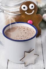 Heiße Schokolade im Becher mit Lebkuchenmann