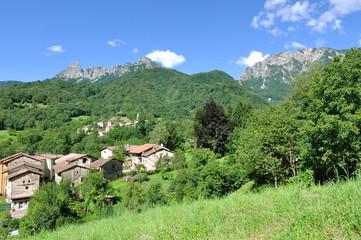 village au creux des montagnes