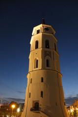 Старинная башня на фоне ночного неба