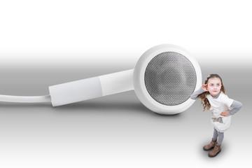 Bambina che ascolta musica